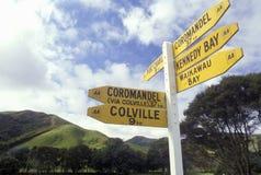 Signe directionnel rustique près de Waikawau au Nouvelle-Zélande images libres de droits
