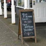 Signe drôle de trottoir d'achats Image libre de droits