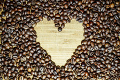 Signe du coeur, rassemblé des grains de café Photographie stock libre de droits