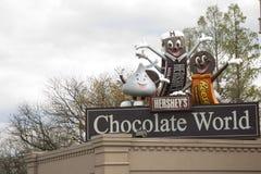 Signe du monde de chocolat avec des mascottes Image stock