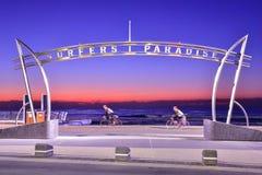 Signe du paradis de surfers au temps de lever de soleil photo stock