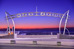 Signe du paradis de surfers au temps de lever de soleil photos stock
