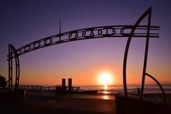 Signe du paradis de surfers au temps de lever de soleil image libre de droits
