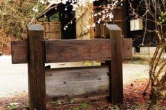 Signe du poteau en bois dans l'avant la maison image libre de droits
