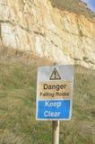 Signe en baisse de roches de danger Photographie stock libre de droits