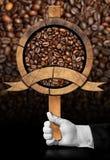 Signe en bois avec les grains de café rôtis Photographie stock