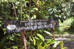 Signe en bois bienvenu au parc national de Canaima Photographie stock libre de droits