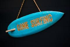 Signe en bois bleu de planche de surf allé surfer l'été coloré image stock