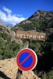 Signe en bois d'héliport au milieu des montagnes image libre de droits