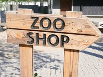 Signe en bois de boutique de zoo photo libre de droits