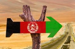 Signe en bois de drapeau de l'Afghanistan avec le fond de désert photographie stock libre de droits