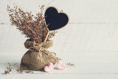 Signe en bois de forme de coeur avec la fleur sèche Image libre de droits