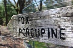 Signe en bois de Fox et de porc-épic au zoo Images libres de droits