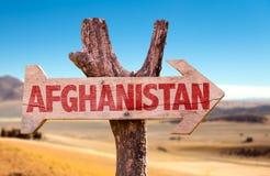 Signe en bois de l'Afghanistan avec le fond de désert photos libres de droits
