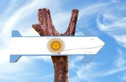 Signe en bois de l'Argentine avec le fond de ciel photographie stock