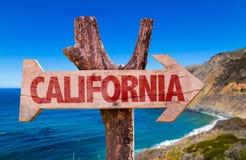 Signe en bois de la Californie avec le fond de Big Sur photographie stock libre de droits