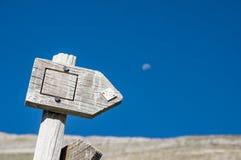 Signe en bois de sentier de randonnée avec la vue scénique Images libres de droits