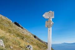 Signe en bois de sentier de randonnée avec la vue scénique Photos libres de droits