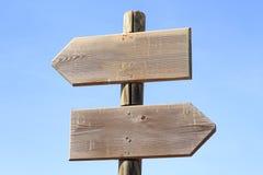 Signe en bois indiquant des directions gauches et droites Photos libres de droits