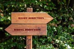 Signe en bois indiquant la direction photo libre de droits