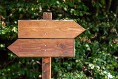 Signe en bois indiquant la direction image stock