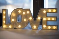 Signe en bois lumineux d'amour Photos stock