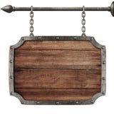 Signe en bois médiéval accrochant sur des chaînes d'isolement Image libre de droits