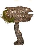 Signe en bois naturel âgé avec des fées Live Here de lettres Photo libre de droits