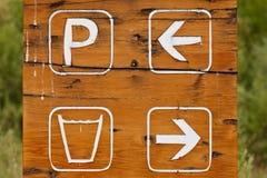 Signe en bois peint à la main se garant d'eau potable  Photos libres de droits