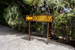 Signe en bois pour la direction au parc de crocodile photos libres de droits
