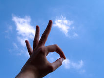 Signe en bon état avec le fond de nuage photographie stock
