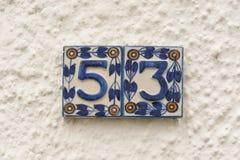 Signe en céramique du numéro de maison 53 Images stock