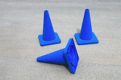Signe en construction de site Web de cônes bleus du trafic photo libre de droits