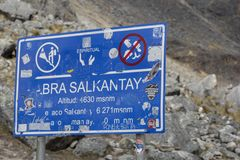 Signe en haut de montagne de Salkantay au Pérou photos libres de droits