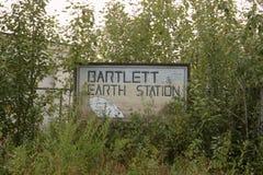 Signe envahi pour Bartlett Earth Station photo stock