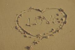 Signe et amour de coeur sur le sable dans le style de vintage Image stock