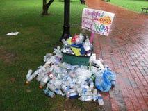 Signe et déchets au rassemblement Image stock