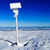 Signe et flèches en montagnes de blanc d'hiver Photos libres de droits