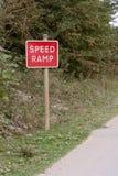 Signe et poteau indicateur de rampe de vitesse Image libre de droits