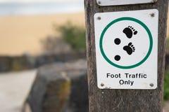 Signe et symbole du trafic piétonnier seulement sur le poteau en bois dans le chemin W de plage image stock