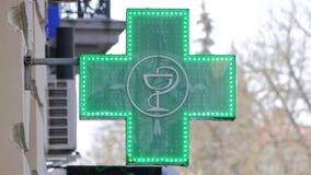SIGNE EUROPÉEN DE PHARMACIE : La croix verte, souvent animée, est un symbole trouvé dans beaucoup de pays en Europe banque de vidéos
