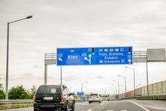 Signe européen de route - la direction et la sortie signent à Praha, Bratis Photographie stock libre de droits