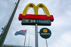 Signe extérieur de restaurant de mcdonald avec le drapeau australien à l'arrière-plan en Australie images stock