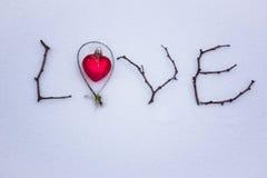 Signe fait de bois dans la neige Jour du ` s de St Valentine Image libre de droits