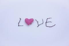 Signe fait de bois dans la neige Jour du ` s de St Valentine Coeur rouge sur la neige Photos libres de droits