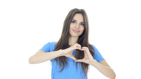 Signe fait main de coeur de l'amour par la jeune femme, fond blanc Photo stock