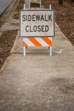 Signe fermé de trottoir au loin avec le demi espace inférieur de copie Image stock