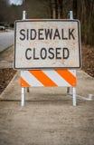 Signe fermé de trottoir sale avec l'espace de copie Photographie stock libre de droits