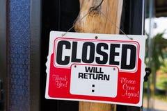 Signe fermé devant le magasin photographie stock libre de droits