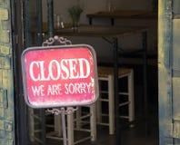 Signe fermé en dehors d'une fenêtre de boutique Image libre de droits